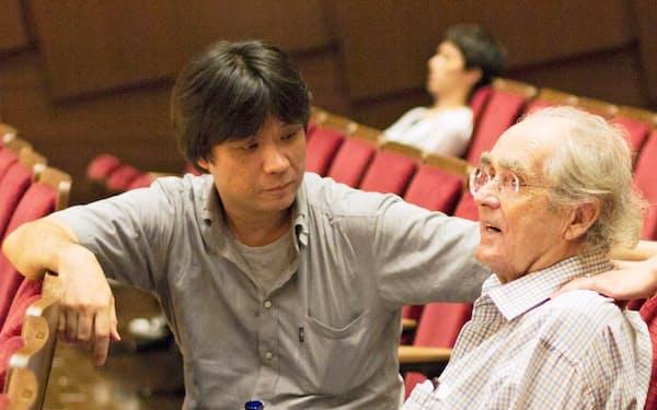 公演前のルグラン氏(右)と語らう筆者(2012年、すみだトリフォニーホール)=三浦 興一撮影