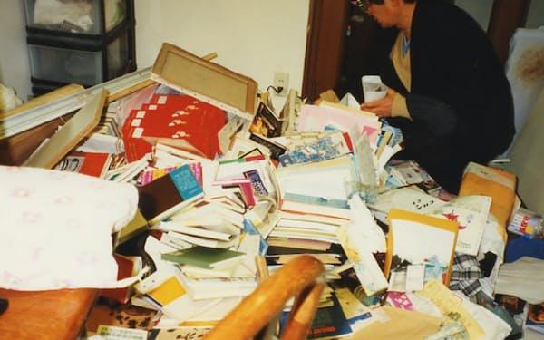 震災で自宅は傾き、室内はがれきの山となった
