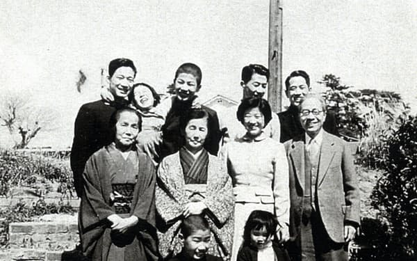 両親と祖母、きょうだい8人全員で(前列左が筆者)