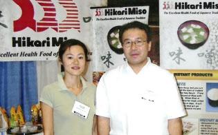 林氏(右)は海外での仕事を変えていった(米国・ハワイ州での食品展示会)