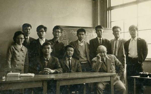 京大で猪木教授(前列右端)に教えを受けた(後列中央が筆者)