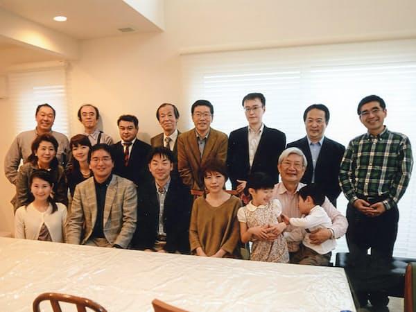 学者になった教え子たちを自宅に招いて歓談(兵庫県西宮市)