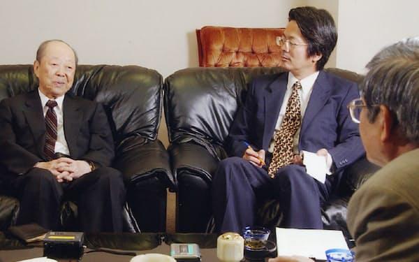 研究のため後に宮沢氏から話を聞いた(後ろ姿が筆者)