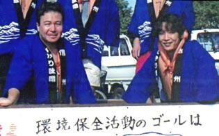 本社に近い諏訪湖の美化活動に参加している(左が林氏)