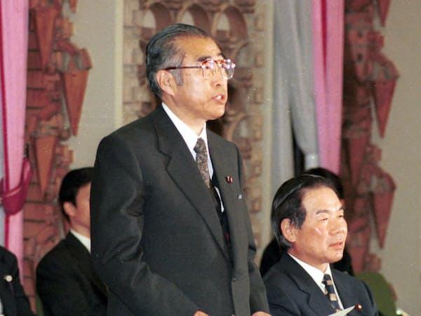 「21世紀日本の構想」懇談会であいさつする小渕首相(00年1月、首相官邸)
