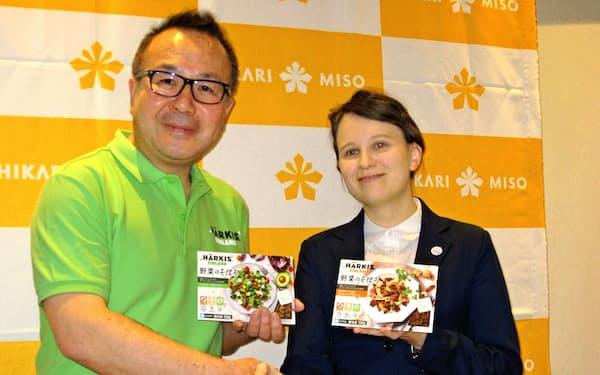 「野菜のそぼろ」の輸入販売で、フィンランド企業と業務提携した(左が林氏)