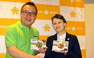 「野菜のそぼろ?#24037;?#36664;入販売で、フィンランド企業と業務提携した(左が林氏)