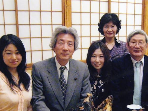 小泉氏(左から2人目)はマグロ料理で家族らを慰労してくれた