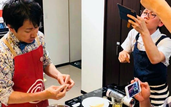 料理塾で学んだ技術をスマホで記録する参加者。得られた情報を大切に扱うビジネス流儀が生かされる