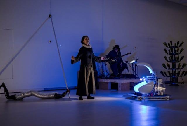 「やなぎみわ展」のライブパフォーマンス。機械だけによる無人劇のほか、高松市美術館では俳優を交えた「有人劇」も披露された(2月、表恒匡撮影)