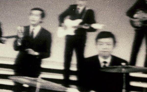 バンドはテレビ出演もした(テレビ映像から、ドラマーが筆者)