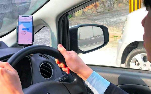 アプリで地元住民が運転する自家用車と観光客を引き合わせ、2地点間を運ぶ(長崎県五島市)