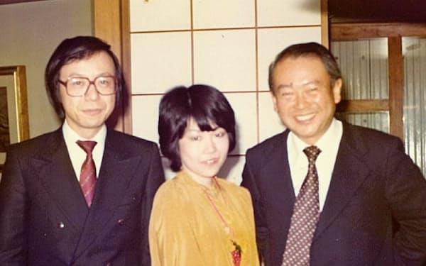 妻と仲人の鈴木忠雄さん(右)と