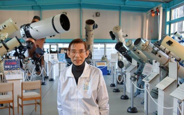 ずらりと並ぶ天体望遠鏡を背にした筆者