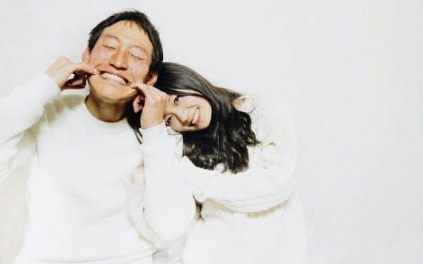 最近の20代にとって、SNSでの結婚報告は白服2ショットが定番