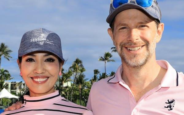 妻(左)との出会いは、おわびで企画したゴルフだった