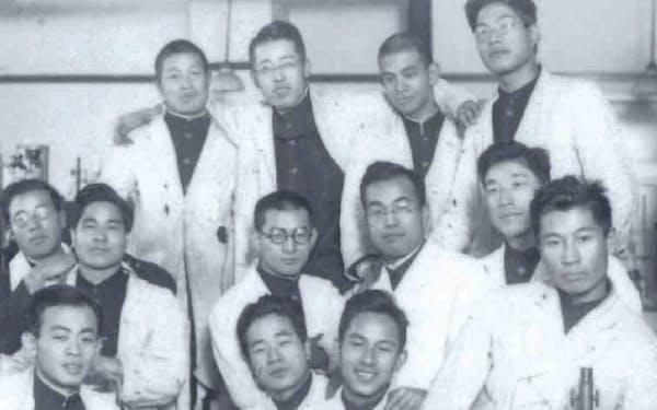 京都帝大の研究室で(前列左から2人目が父。井上さんは中列右から3人目)