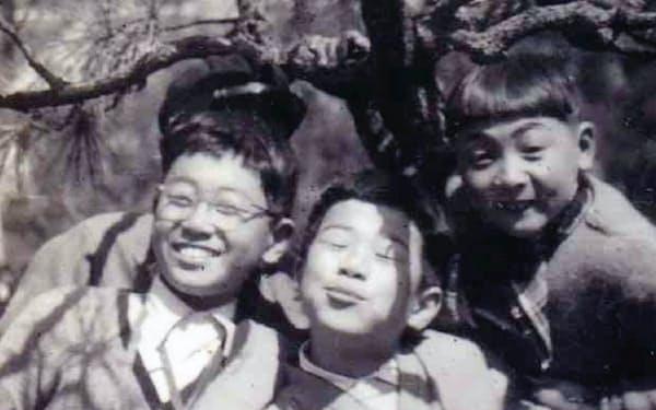 京都の小学校時代、大阪へ遠足(中央が筆者)