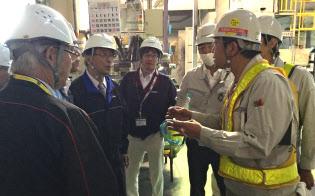 2016年の熊本地震では被?#33180;筏駿ⅴぅ伐螗哎氅`プの工場を見て回った(左から2番目が伊原氏)