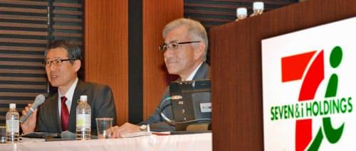 セブン―イレブン・ジャパンの社長に就任した永松氏(左)とセブン&アイHDの井阪社長(記者会見)