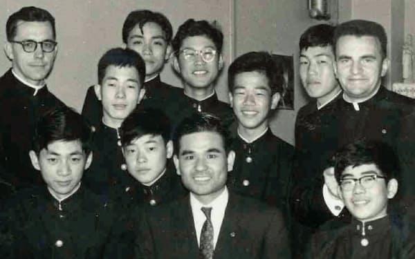 洛星中学校時代(後列右から3人目が筆者、アラール先生は右端)