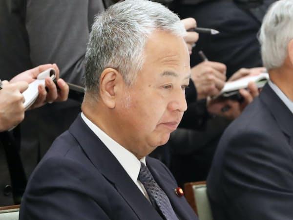 政府・与党連絡会議に臨む甘利氏(8日、首相官邸)