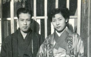 家族と記念写真?#24605;{まる伊原さん(前列左側)