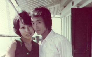 岐阜城で記念写真におさまる伊原氏と妻のみどりさん(1976年)