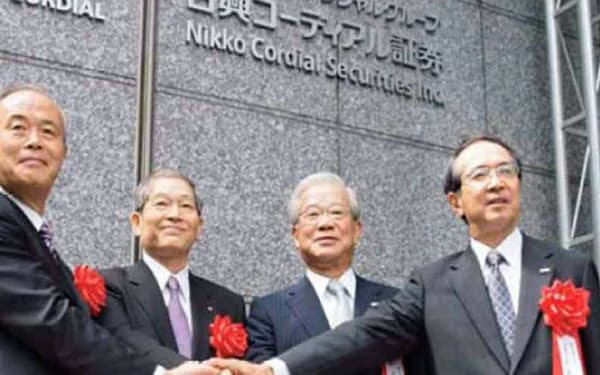 日興コーディアルはグループの中核証券に(右から2人目が筆者)
