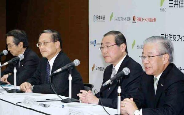 頭取退任会見(右端が筆者、隣がSMFGの宮田新社長、国部新頭取)