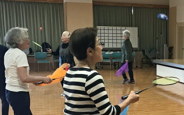 頭を使いながら運動する「ライフキネティック」の高齢者向け講習会(4月、富山市)