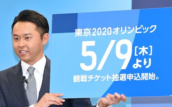 五輪チケットの抽選申込日を発表する北島康介さん(4月、東京都港区)