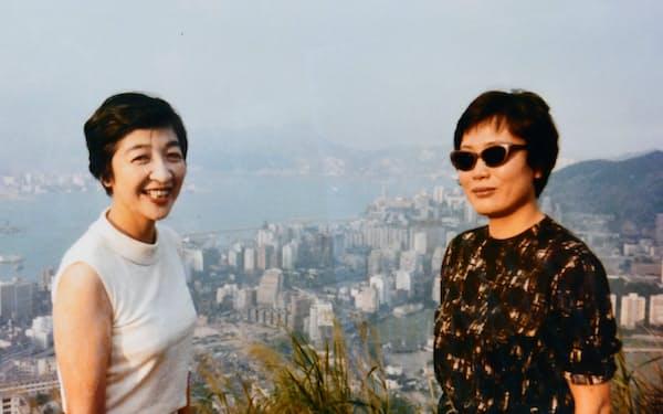 石井ふく子さん(左)と(1965年、香港)