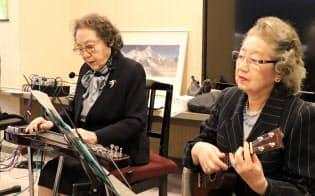 スティールギターを演奏する筆者。右は妹の関川恵子さん