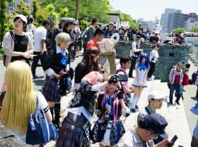 新町川に沿う「新町川水際公園」は様々なイベント会場として人々が集う(GWに開催された「マチアソビ」)