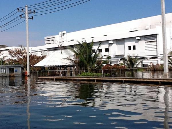 工場は水没しボートでしか現場に行けない状況だった