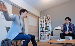森昭一郎コーチ(左)と対話する酒井大輔さん(東京都中央区)