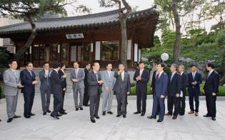 韓国の販売店オーナーや韓国トヨタの中林社長(当時)らと改革について話し合った(ソウルの料理店)