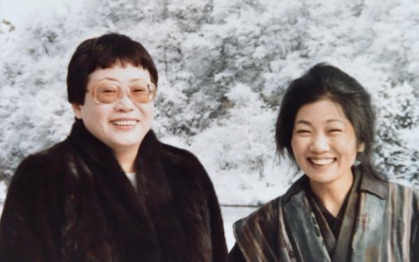母ふじ役を演じた泉ピン子さん(右)と