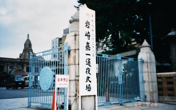 夫、嘉一の通夜と葬儀は築地本願寺で営まれた(1989年9月)
