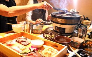 希少部位の焼き肉を楽しむ手元にはビールジョッキではなくお茶