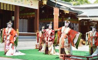 新天皇の即位を祝って「五節舞」を奉納する原笙会(5日、兵庫県西宮市の西宮神社)