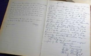 日記には各国語の書き込みがある=上高地ルミエスタホテル提供