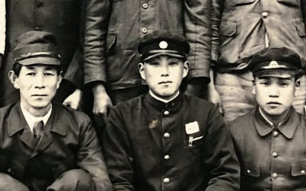 太田中学の卒業時。左端が高柳先生、右端が筆者