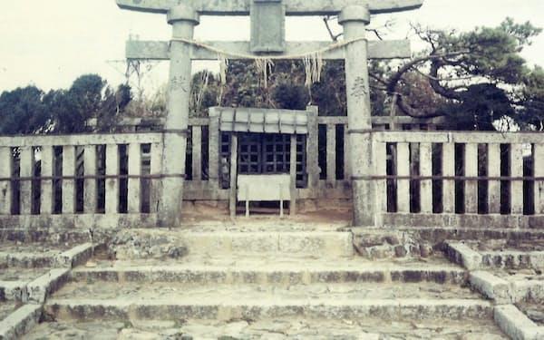 弥彦山(新潟県)の山頂は弥彦神社の奥の院の御神廟がある