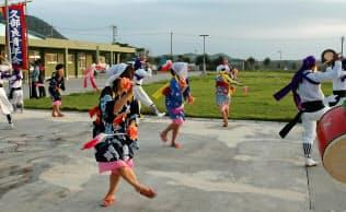 日本最西端の与那国島では「はたき」を持って踊るエイサーがある