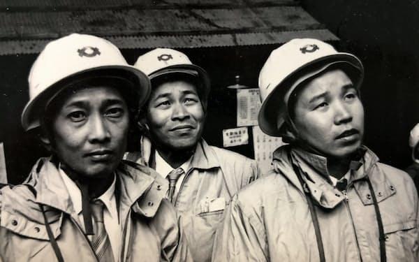 課長補佐時代に富山県の黒四ダムを視察する筆者(右)
