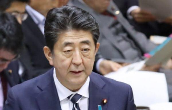 参院決算委で答弁する安倍首相(10日)