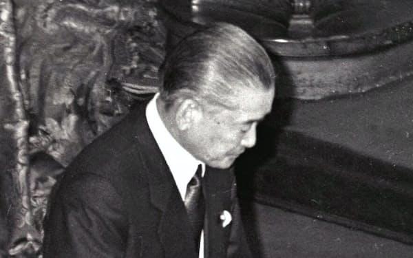 消費税法が成立し一礼する竹下首相