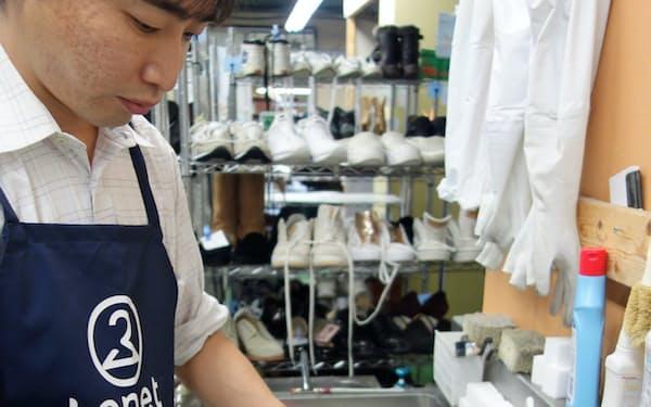 「くつリネット」では靴を丸洗いする(千葉県八千代市の同社工場)